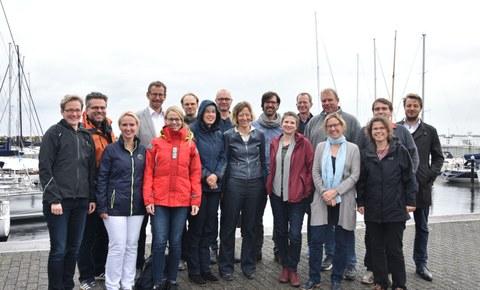 Die neuen Lehrkräfte kurz vor dem Segeln am Hafen in Schilksee.